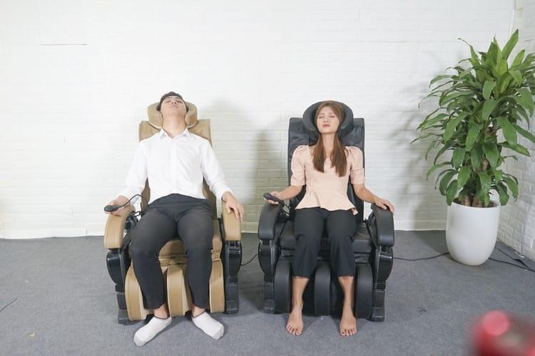 Trang bị con lăn massage tại chỗ ở phần lưng, gáy ghế massage Queen Crown QC T1 được