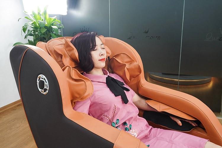 Ghế massage Queen Crown QC T19 giúp người dùng thư giãn tối đa, xua tan mệt mỏi